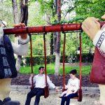Plimbare prin parcul cu pitici și uriași din Onești